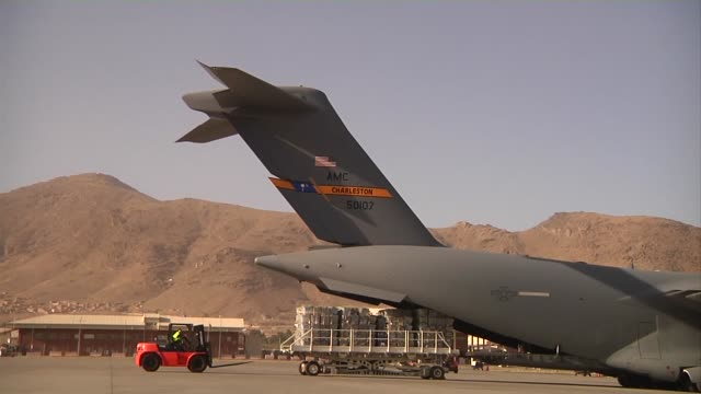 vídeos de stock e filmes b-roll de isaf has been asked to deliver ballots from the 2014 afghan presidential runoff election to kabul thisl was shot at north kabul international air... - base aérea de bagram