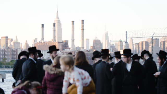 vídeos de stock, filmes e b-roll de hasidic jews celebrating rosh hashanah in new york city - williamsburg new york