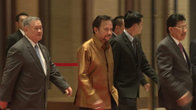 vídeos y material grabado en eventos de stock de hassanal bolkiah sultan of brunei arrives for a welcome dinner during the association of southeast asian nations summit the laotian capital vientiane - brunéi