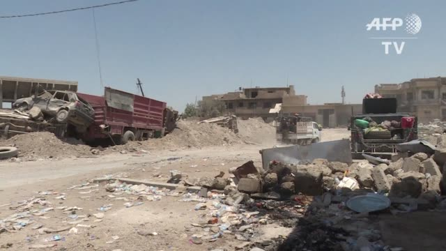 hasta 20000 civiles podrian encontrarse bloqueados en la ciudad vieja de mosul en medio de violentos combates entre las fuerzas iraquíes y yihadistas... - civilian stock videos & royalty-free footage