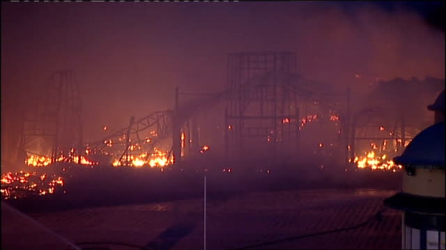 vídeos y material grabado en eventos de stock de two teenagers questioned england east sussex hastings hastings pier on fire flames burning night ends - east sussex