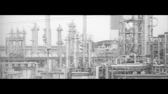 hated sulfur dioxide gas/yokkaichi home to japan's largest industrial petrol complex town covered in grey smog children wearing masks on their way to... - 環境汚染点の映像素材/bロール