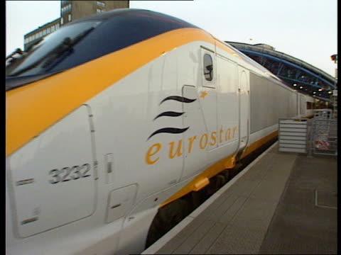 railtrack chief offers to resign lib london waterloo international station seq eurostar train leaving platform - eurostar stock-videos und b-roll-filmmaterial