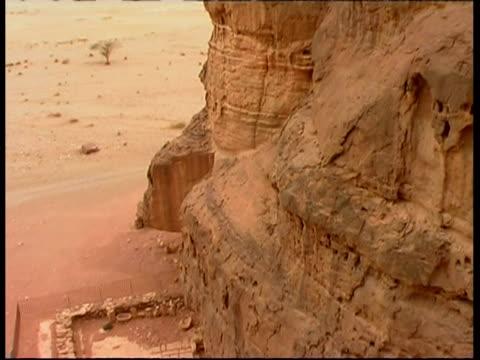 hathor's (mines godess) temple, timna park, israel - parete rocciosa video stock e b–roll