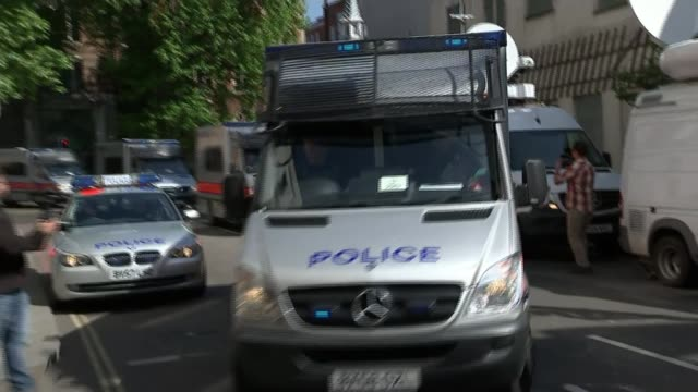 men appear in court / tenth man arrested by police england london westminster magistrates' court ext convoy of police cars and police vans arriving... - 登場点の映像素材/bロール