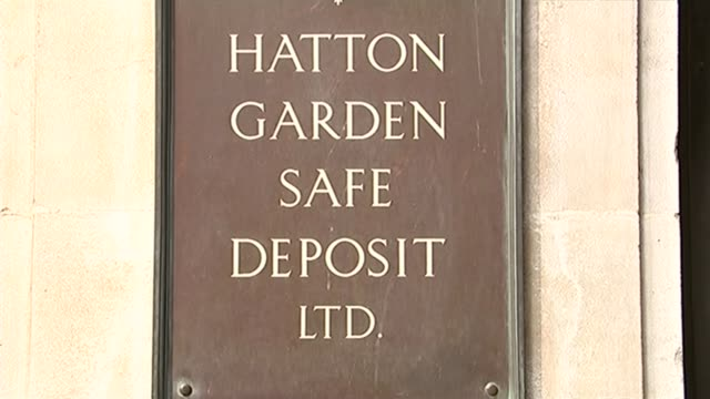 men appear in court / tenth man arrested by police r08041512 'hatton garden safe deposit ltd' plaque sign above building 'hatton garden' road sign on... - 登場点の映像素材/bロール