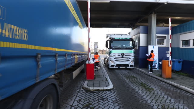stockvideo's en b-roll-footage met haulage trucks entering dfds ferry terminal ahead of brexit in rotterdam, netherlands, on tuesday, dec. 1, 2020. with time running short to ratify... - brexit
