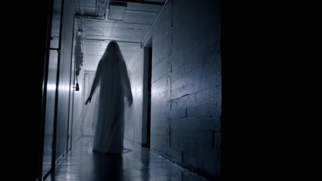vídeos de stock e filmes b-roll de haunted basement filled with multiple ghosts - violência