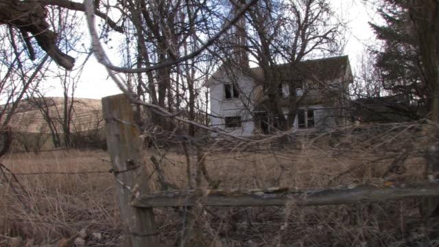 vídeos de stock, filmes e b-roll de antiga casa assombrada-parte 2 de 3 - ausência