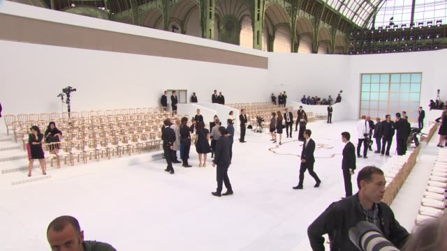 vídeos de stock e filmes b-roll de atmosphere haute couture 2014 chanel runway at grand palais on july 08 2014 in paris france - chanel