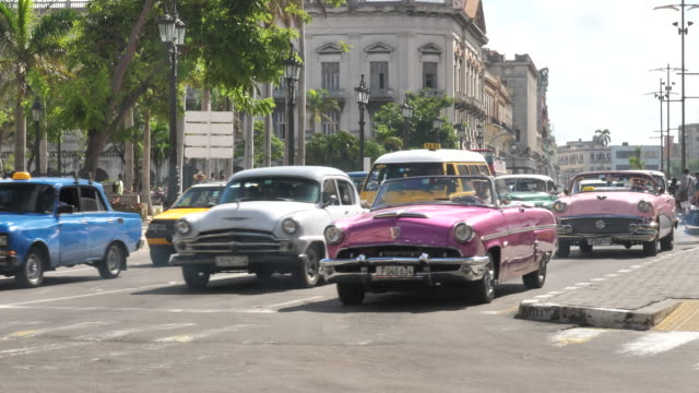 havanna zentrum mit oldtimer - cuba video stock e b–roll