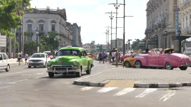 havanna centro mit oldtimertaxi - rikscha stock-videos und b-roll-filmmaterial