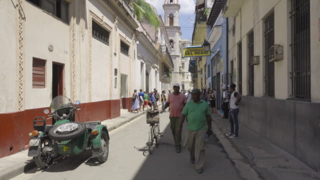 havana cuba bodeguita de enmedio street. tourists walking and an old motorcycle with sidecar on the foreground. - sidecar stock videos & royalty-free footage