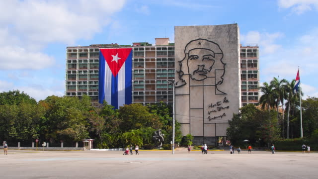 havana cuba: che guevara image and a large cuban flag in the ministry of interior building - havana stock videos & royalty-free footage