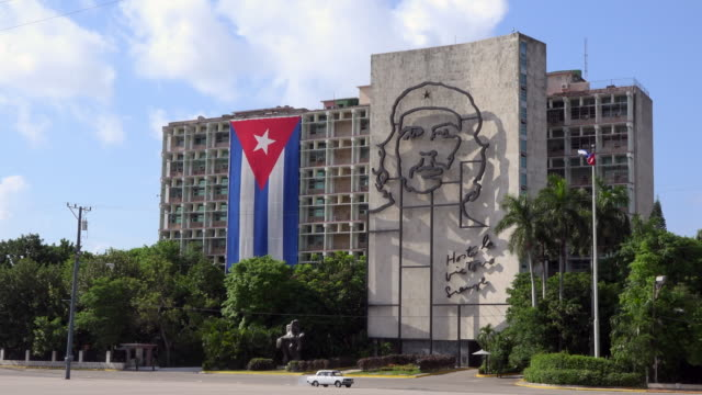 havana, cuba: che guevara sculpture and large cuban flag in the interior ministry building opposite to the revolution square - male likeness stock videos & royalty-free footage