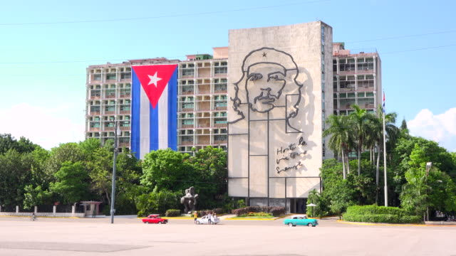 havana, cuba: che guevara sculpture and large cuban flag in the interior ministry building opposite to the revolution square - キューバ点の映像素材/bロール