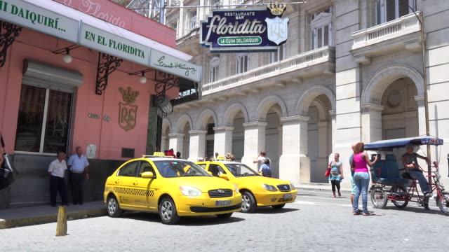 vídeos y material grabado en eventos de stock de havana, cuba: 'el floridita' bar restaurant. outside ambience. tourist taxis and everyday lifestyle surrounding the famous tourist place - daiquiri