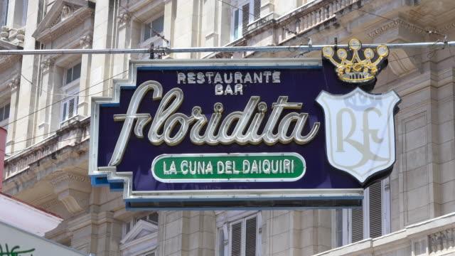 vídeos y material grabado en eventos de stock de havana, cuba: 'el floridita' sign outside the famous restaurant and bar. the tourist attraction was one of the favourite places for ernest hemingway when in havana - daiquiri