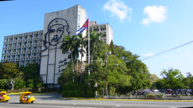 havana cuba habana traffic and old cars with traffic at che government building mural in revolution square - che guevara stock videos & royalty-free footage