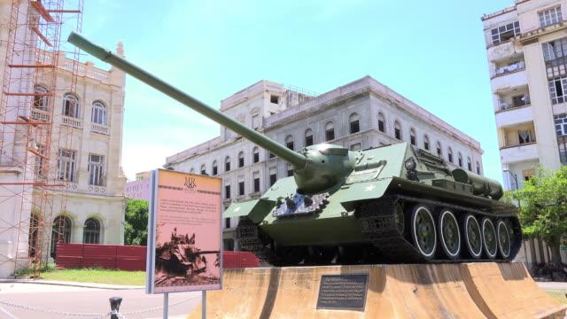 vidéos et rushes de havana cuba: military tank allegedly used by fidel castro during the battle of 'playa giron' - révolution cubaine