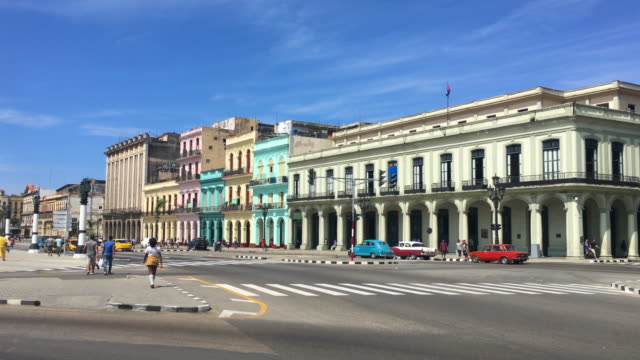 havana cuba: old architecture building and traffic in the 'paseo marti' - キューバ点の映像素材/bロール