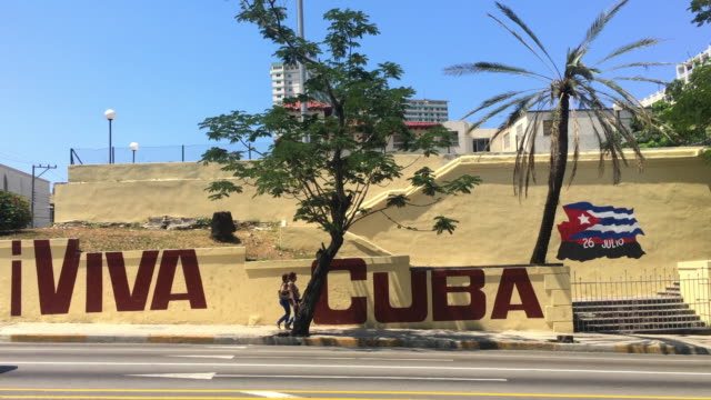 stockvideo's en b-roll-footage met havana, cuba: sign reading 'viva cuba' in 23rd avenue in 'el vedado' or downtown district - cuba