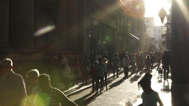 vidéos et rushes de la havane , vieille foule de bouvillons de vie de ville de centre-ville - tourisme