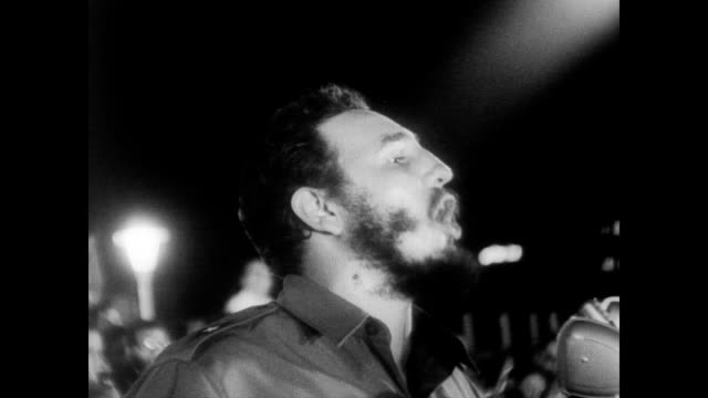/ havana public square filled with a million castro supporters / castro gives a speech about the one year anniversary of the revolution / crowd... - 1959 stock-videos und b-roll-filmmaterial