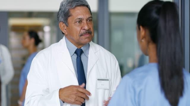 vídeos de stock, filmes e b-roll de eu tenho algumas preocupações sobre o nosso paciente... - profissional de enfermagem
