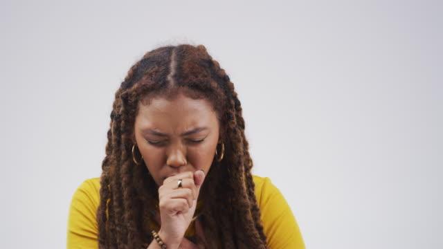 vídeos de stock, filmes e b-roll de ter um ataque de asma - tossindo