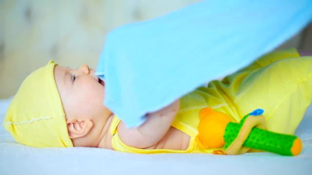 vídeos de stock e filmes b-roll de have fun playing with baby - só um bebé menino