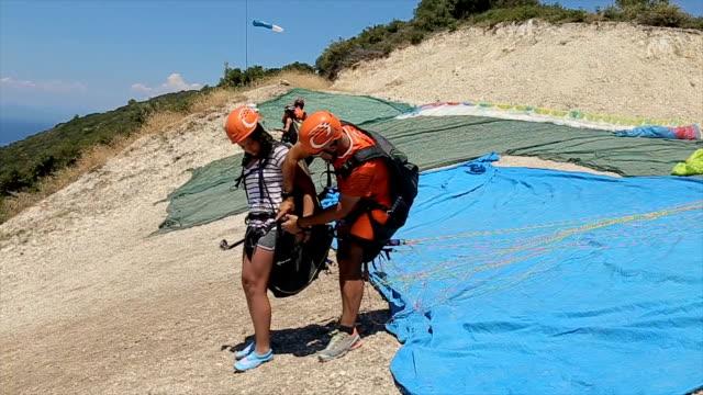 ich habe keine angst und keine probleme, ich bin zum ersten mal auf paragliding - fallschirm stock-videos und b-roll-filmmaterial
