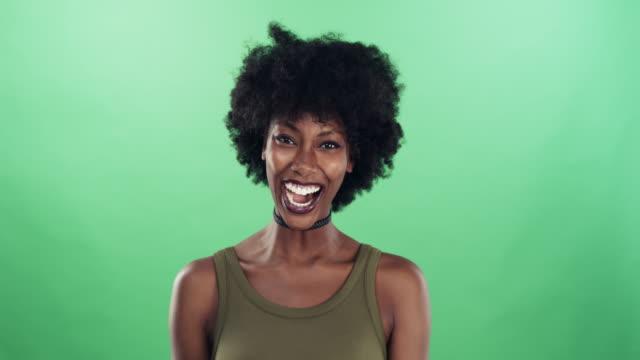 vídeos y material grabado en eventos de stock de ¿te has reído hoy? - etnia negra