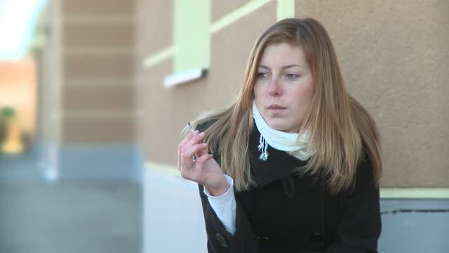 vidéos et rushes de dolly de la hd : avoir une cigarette - cigarette