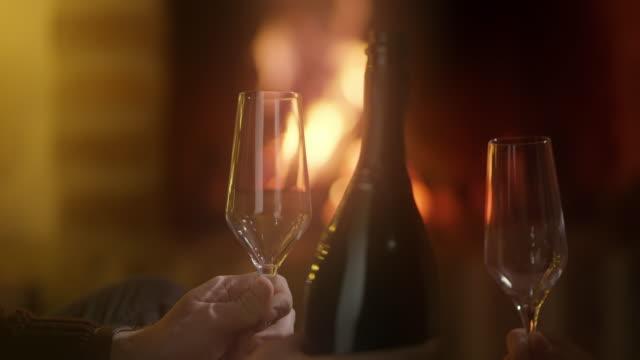 vídeos y material grabado en eventos de stock de ms que una copa de vino espumoso por la chimenea - casita de campo