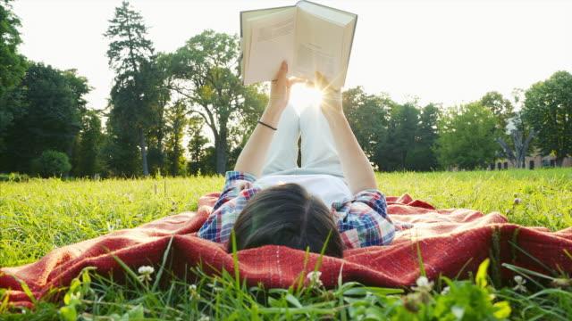 vidéos et rushes de avoir une bonne lecture. - back lit