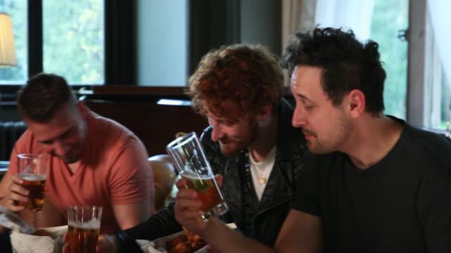 vídeos de stock e filmes b-roll de having a pint and a laugh - inglaterra