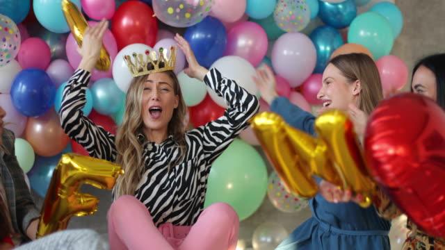 mit einer epischen bachelorette-party - aufregung stock-videos und b-roll-filmmaterial