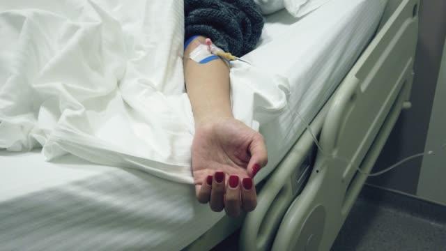 avere una flebo iv in ospedale - coronavirus covid-19 quarantena. - citochinesi video stock e b–roll