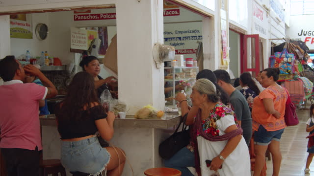 vídeos de stock e filmes b-roll de having breakfast at mexican restaurant at a market interior. valladolid, yucatan - comida de viagem