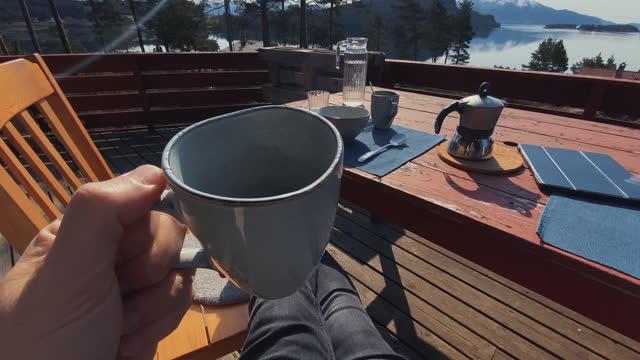stockvideo's en b-roll-footage met pov ontbijt in een majestueus resort tijdens de zomer in noorwegen - koffiekop