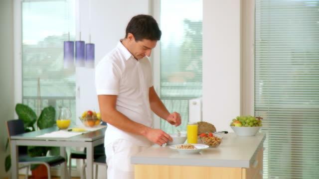 hd :dolly 朝食 - 片付いた部屋点の映像素材/bロール
