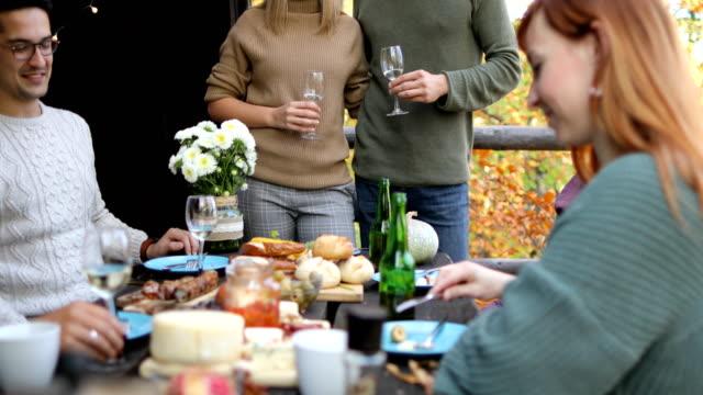 vídeos de stock e filmes b-roll de having close friends over for celebratory brunch - cabana de madeira