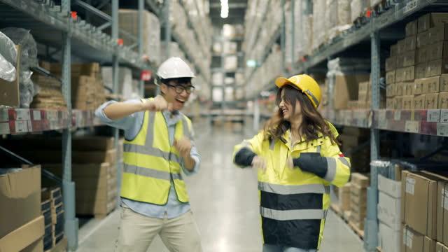 spaß am arbeitsplatz haben - gruppe von gegenständen stock-videos und b-roll-filmmaterial