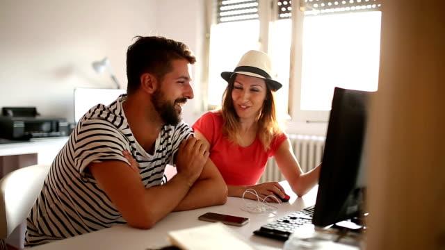 vidéos et rushes de s'amuser au bureau - flirter