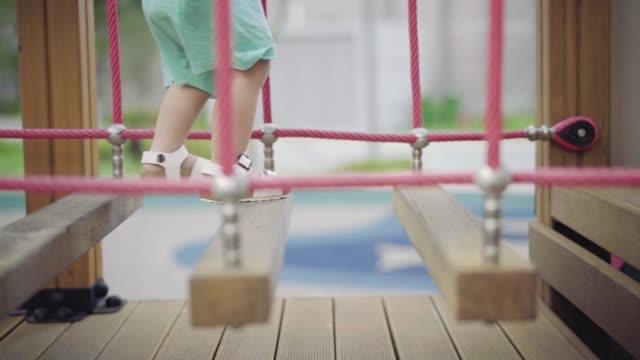vídeos y material grabado en eventos de stock de having fun at the playground - estructura metálica para niños