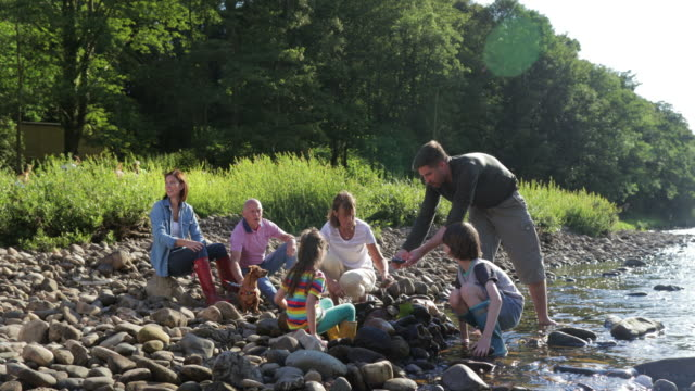 vidéos et rushes de s'amuser à the river - personne non reconnaissable