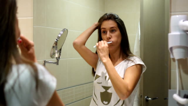 vídeos de stock e filmes b-roll de having fun brushing teeth - cuidado com o corpo