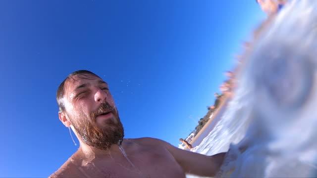 vídeos y material grabado en eventos de stock de divertirse en el océano en vacaciones de verano - submarino debajo del agua