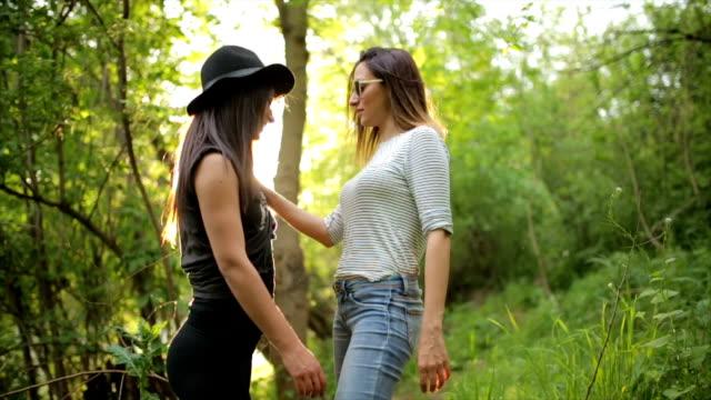 che si diverte nel parco - lesbica video stock e b–roll